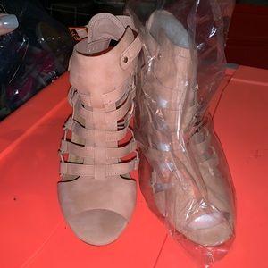 🚨NEW🚨 Beige women's heel 👠 Sz 8